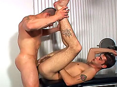 Muscle dude enjoys a fuck with a twink at the gym in here